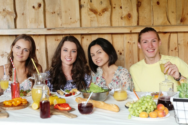 レストランで一緒に食べる友達 無料写真