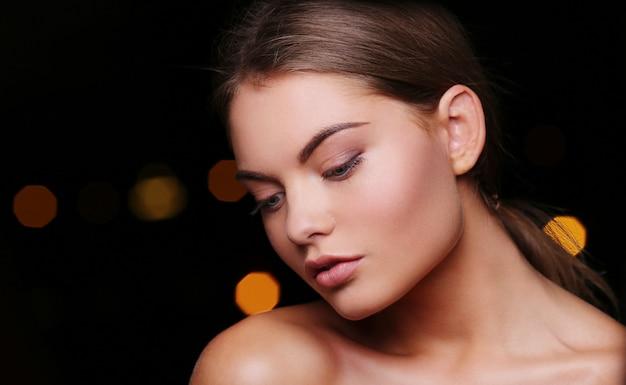 Красивая женщина с кудрями и макияж Бесплатные Фотографии