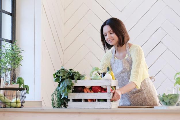 台所の女性 無料写真