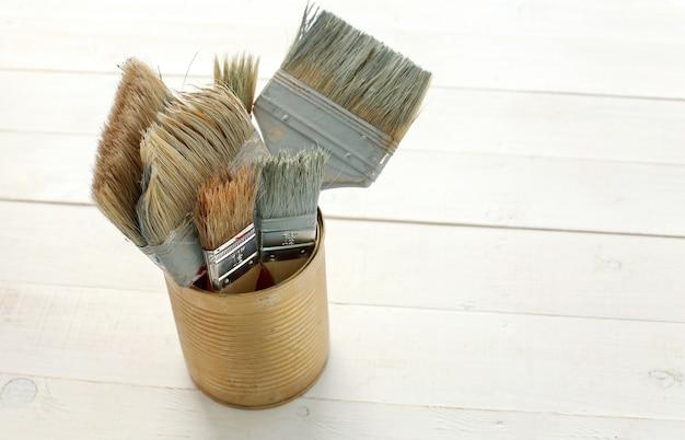 木製の床にペイントブラシのセット 無料写真
