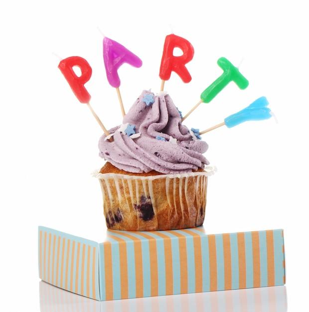 後者のカラフルな誕生日カップケーキ 無料写真