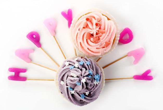 День рождения кексы с красками Бесплатные Фотографии