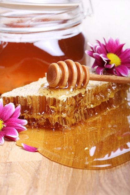 木製のテーブルの上に蜂蜜 無料写真