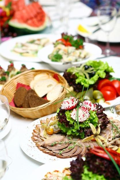 テーブルの上の新鮮でおいしい食べ物 無料写真