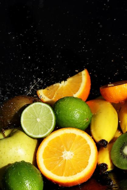 新鮮な果物と水の飛沫 無料写真