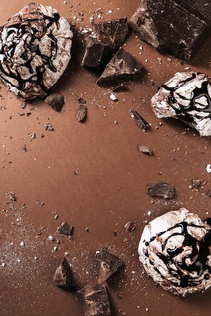 Шоколадные конфеты на коричневом Бесплатные Фотографии