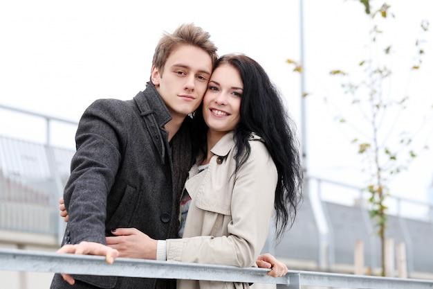 外で楽しい時間を過ごしてかわいいカップル 無料写真