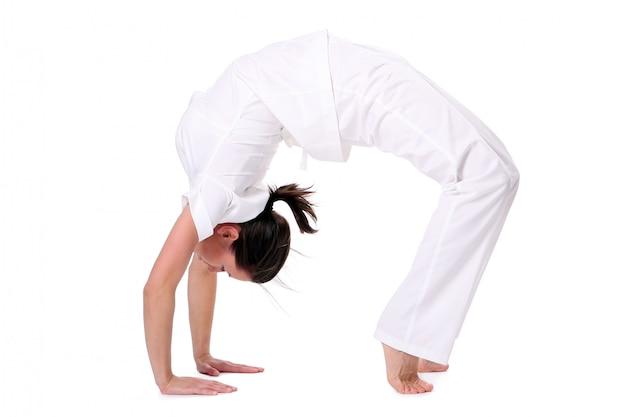 Спортивная женщина делает упражнения йоги Бесплатные Фотографии