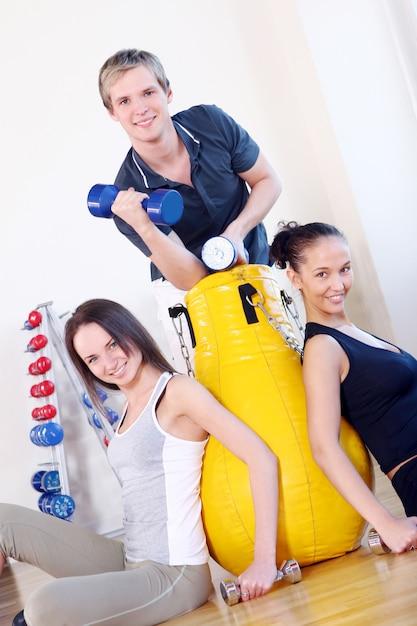Группа людей, делающая фитнес-упражнения Бесплатные Фотографии