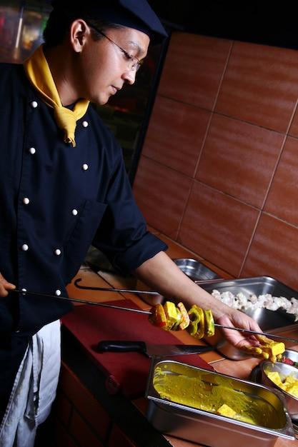 Счастливый молодой и привлекательный повар Бесплатные Фотографии