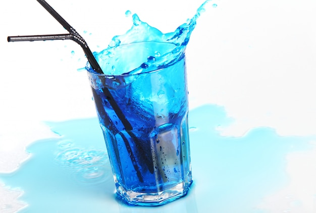 白で隔離される水しぶきと青いカクテル 無料写真