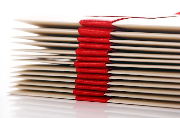赤の弓とギフト封筒 無料写真