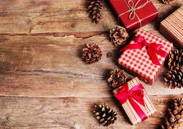 Старинные подарки на деревянном фоне Бесплатные Фотографии