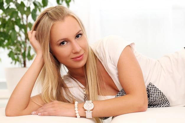 自宅で美しい若い白人女性 無料写真