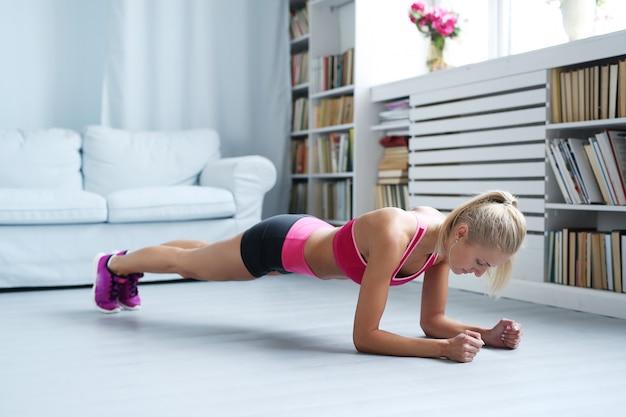 Спортивная женщина, тренирующаяся дома, тренировка Бесплатные Фотографии