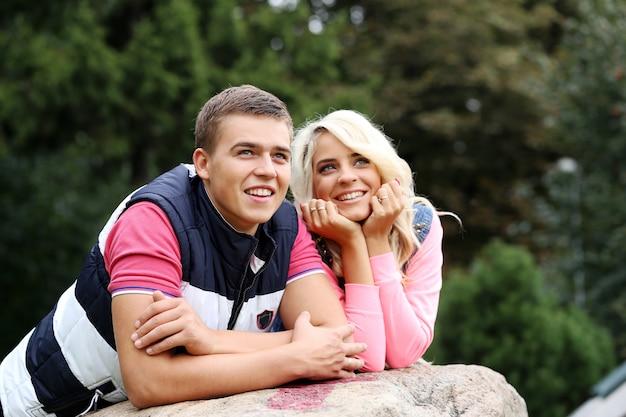 Молодая пара, выражая свои чувства в парке Бесплатные Фотографии