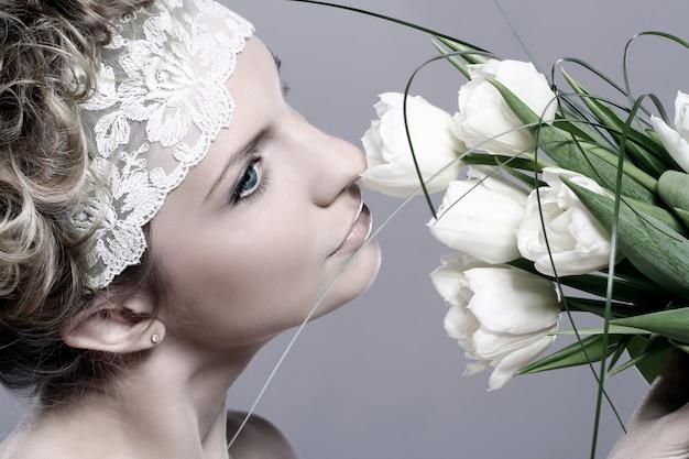 Красивая молодая женщина с белыми тюльпанами Бесплатные Фотографии