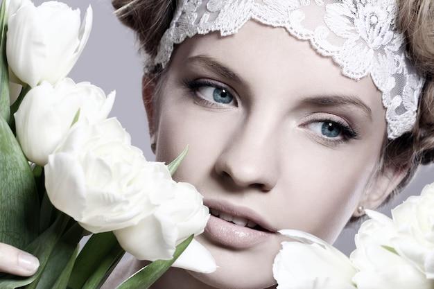 白いチューリップと美しい若い女性 無料写真