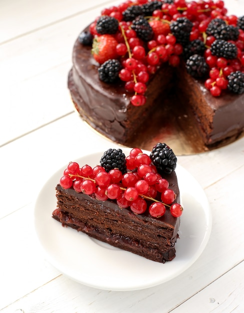 Шоколадный торт с красной и черной смородиной Бесплатные Фотографии