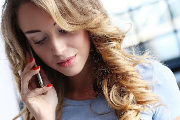 自宅でかわいい女の子と誰かを呼び出す 無料写真