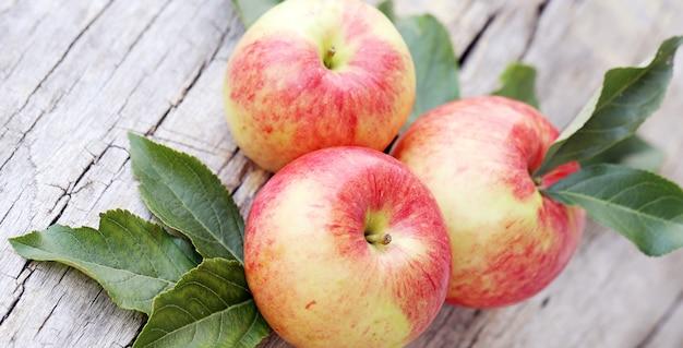 木製の表面にリンゴ 無料写真