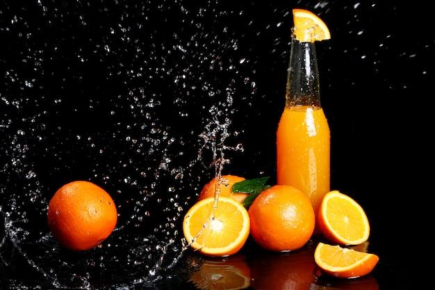 水の飛散と新鮮なオレンジ色の飲み物 無料写真