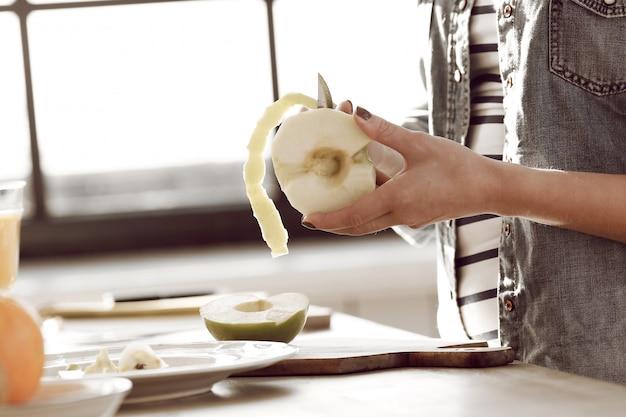 Молодая женщина готовит завтрак на кухне Бесплатные Фотографии
