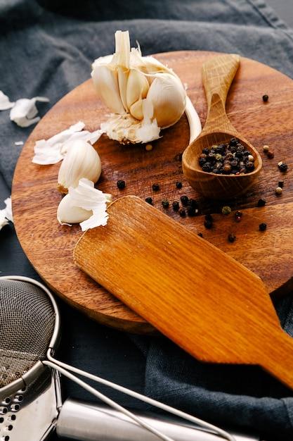Деревянное оборудование на кухонном столе со специями Бесплатные Фотографии