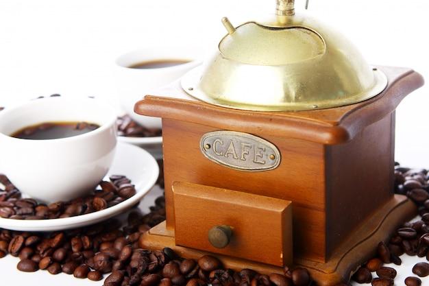 白いカップと古いコーヒーグラインダー 無料写真