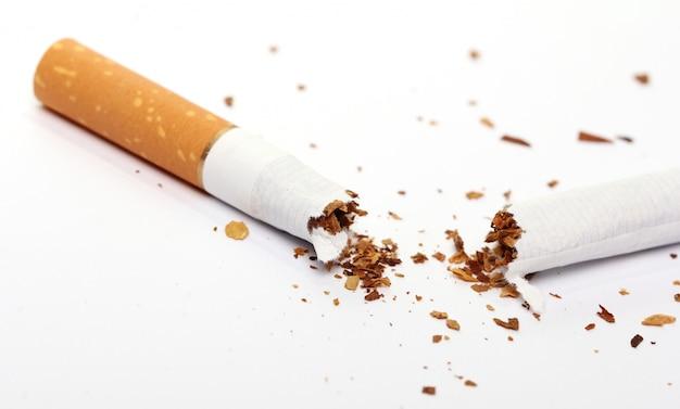 壊れたタバコ、禁煙コンセプト 無料写真