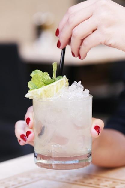 飲み物を持つ女性 無料写真