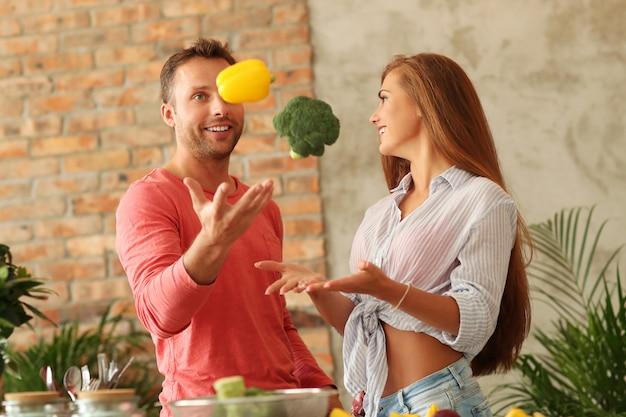 キッチンで野菜を調理するカップル 無料写真