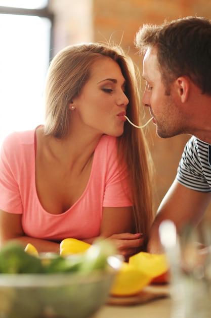 スパゲッティを食べて素敵なカップル 無料写真