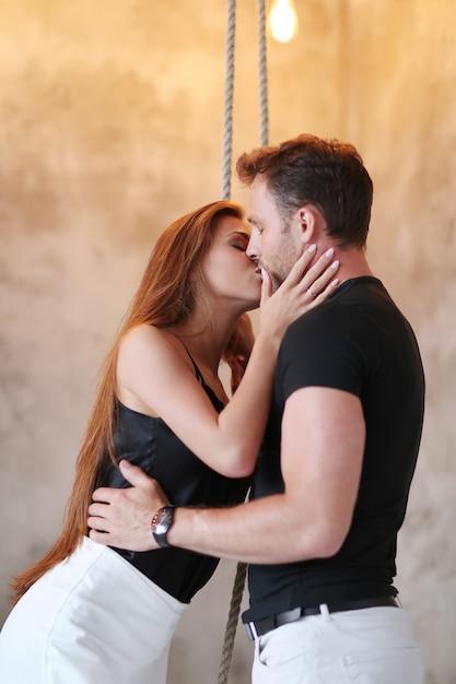 Прекрасная пара страстно целуется Бесплатные Фотографии
