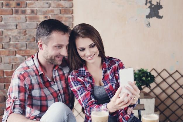 カフェで美しいカップル 無料写真
