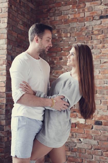 自宅を抱いて素敵なカップル 無料写真