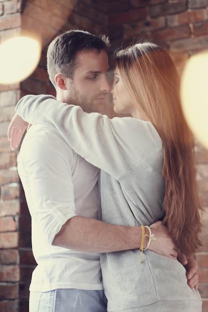 素敵なカップルのハグとキス 無料写真