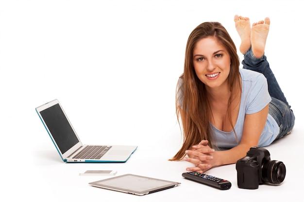 電子デバイスを持つ若い白人女性 無料写真