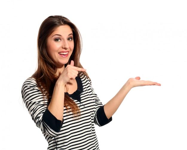 Красивая молодая женщина показывает что-то Бесплатные Фотографии