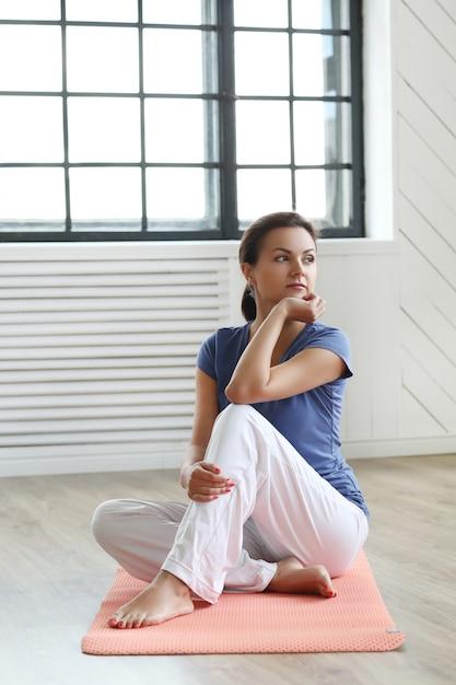 Молодая женщина готова делать упражнения йоги Бесплатные Фотографии