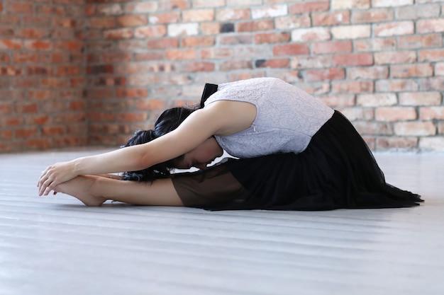 体操をやっている若い女性アスリート 無料写真