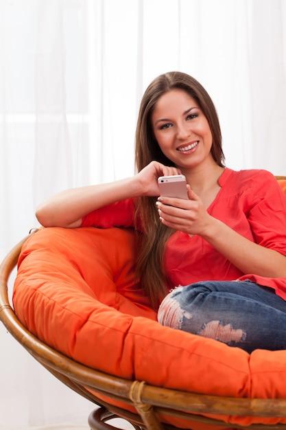 Красивая женщина, держащая смартфон Бесплатные Фотографии
