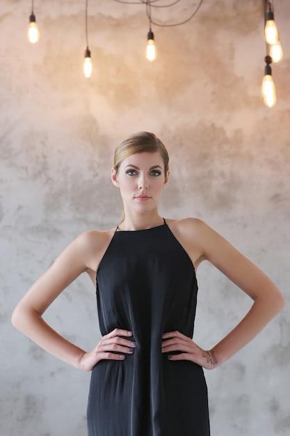 黒のドレスで素敵な女性 無料写真