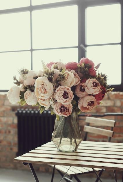 木製のテーブルに美しいバラの花束 無料写真