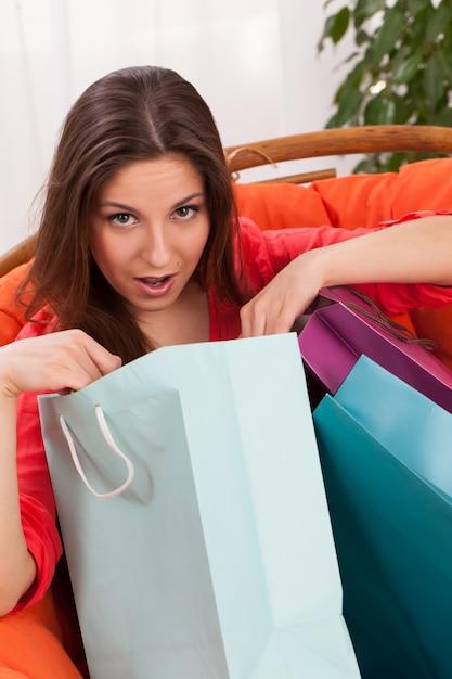 驚いた買い物袋を持つ女性 無料写真