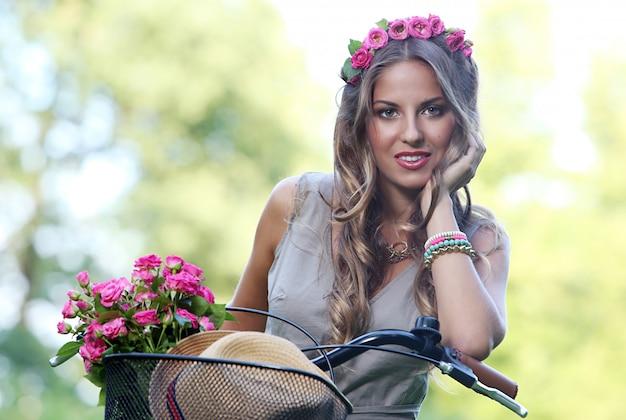 花を持つ美しい少女 無料写真