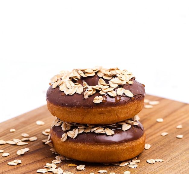 Вкусные пончики на белом Бесплатные Фотографии
