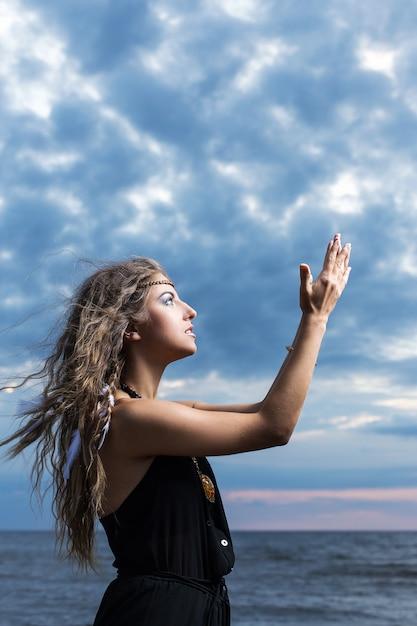Женщина молится в небо Бесплатные Фотографии