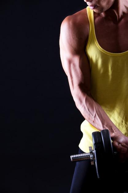 Сильный и мускулистый парень с гантелями Бесплатные Фотографии
