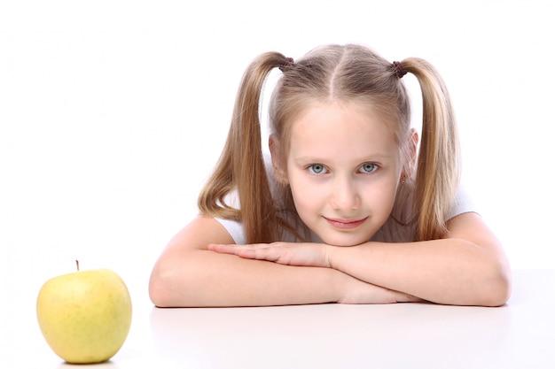 新鮮なリンゴとかわいい女の子 無料写真